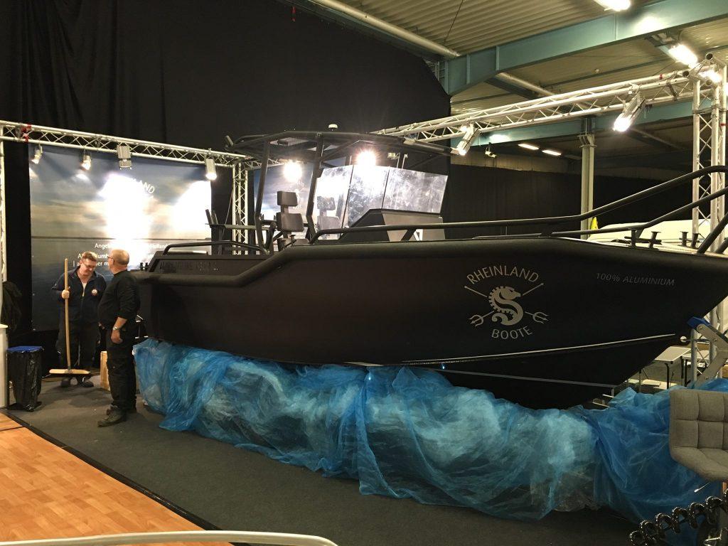 AluVenture 6500 CC båt i AllBlack utgave