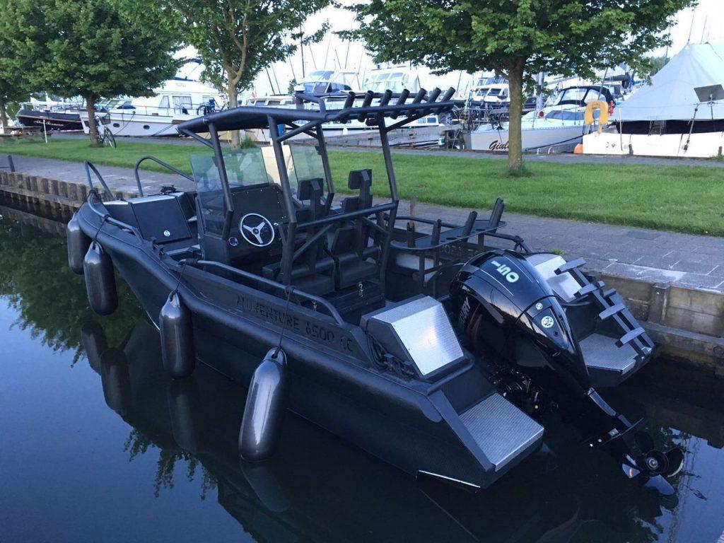 AluVenture 6500 CC AllBlack båt fortøyd og sett ifra babord bak