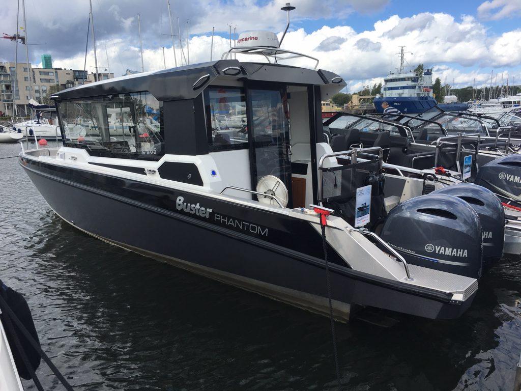 Buster hadde mange båter på plass og hele to stykk versjoner av deres største model - Phantom